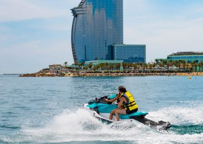 Disfruta de las vistas del Hotel W desde una moto de agua